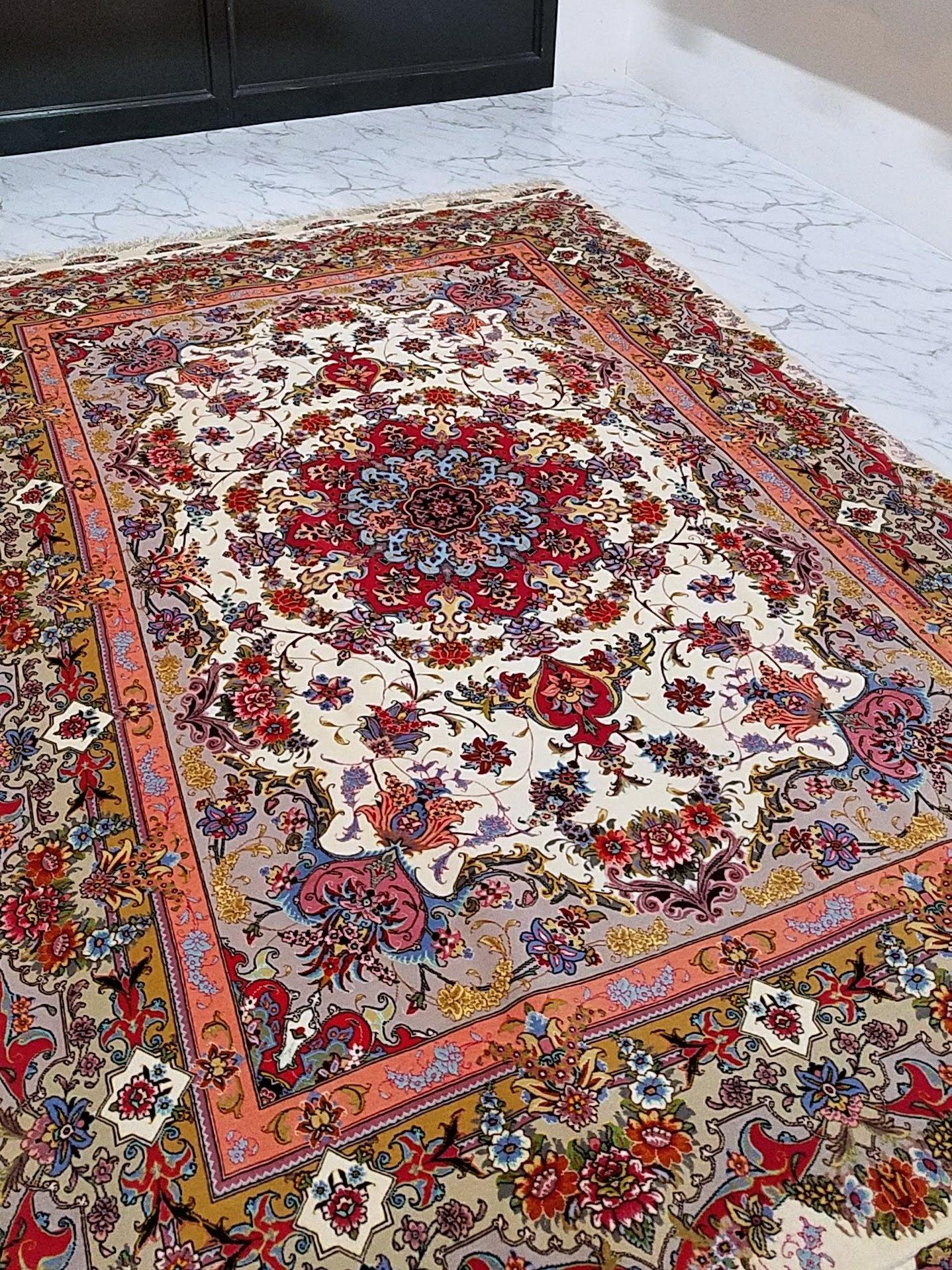 タブリーズ産コルクウール製ペルシャ絨毯